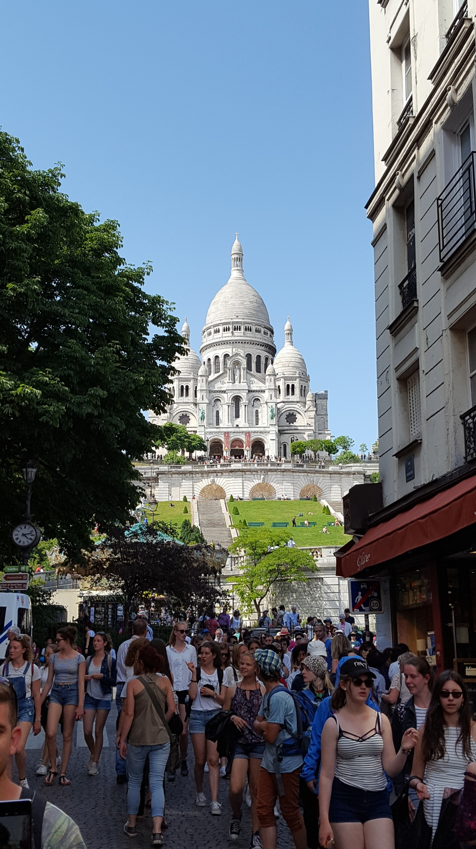 Masses of tourists near Sacré-Coeur